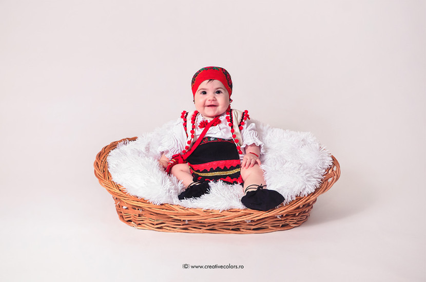 sedinta-foto-studio-foto-constanta-bebelus-in-costum-traditional-1